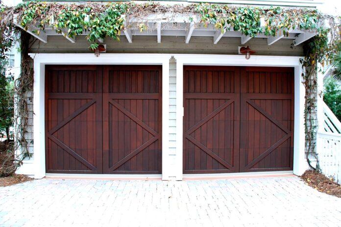 Uși de garaj și sisteme externe de umbrit eficiente